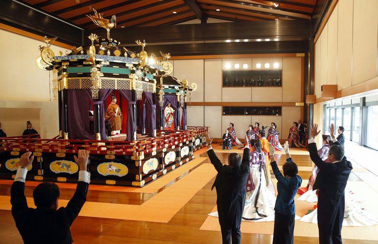 Omstanders roepen 'banzai' (dat 'moge je tienduizend jaar lang leven' betekend) staande voor de nieuwe keizer Naruhito.  Beeld Hollandse Hoogte / EPA