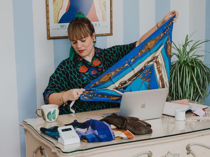 Marie-Lisah (37) heeft van tweedehands designerkleding haar werk gemaakt en runt sinds 2012 een webshop en een studio met schoenen, jurken, tassen en sieraden.