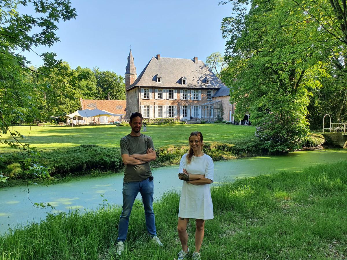 Piet-Hein van Spaendonck en Steffi van Sande openen Marcel in de schuur van kasteel Tielenhof.