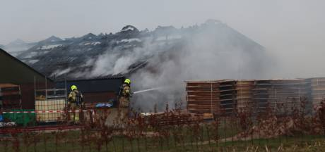 Brand verwoest grote schuur in buitengebied bij Otterlo