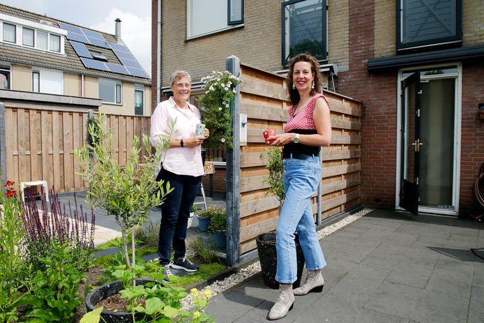 Marijke (links) en Lisette zijn buren aan de Turfstreek te Soest.