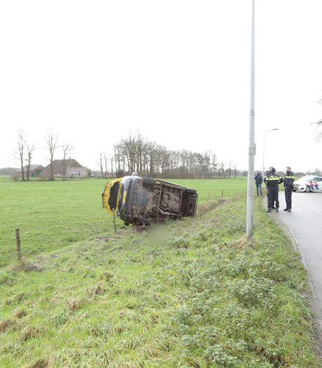 Automobilist raakt macht over stuur kwijt bij Luttenberg en moet naar het ziekenhuis