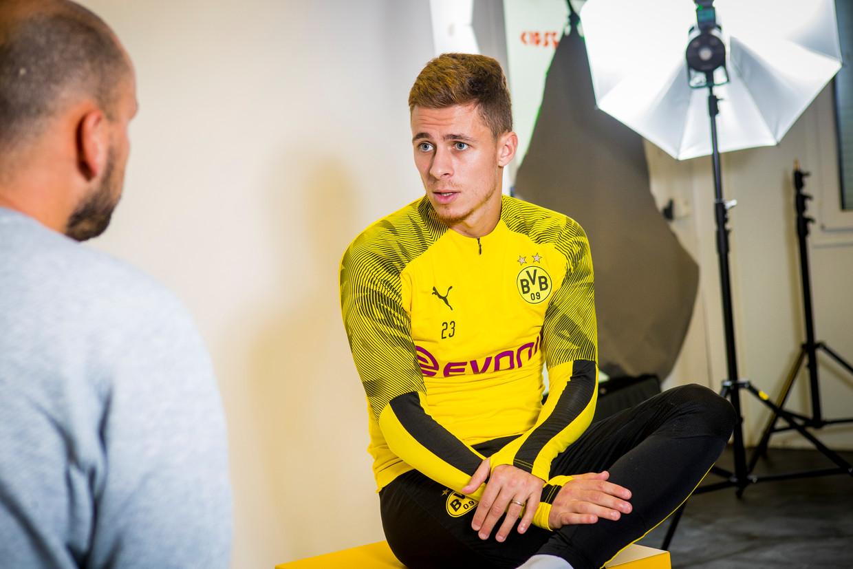 In een fotostudio nabij het trainingscomplex van Borussia Dortmund vertelt Thorgan Hazard over zijn nieuwe topclub. 'Je voelt dat de druk hier groot is.' Beeld Jan De Meuleneir/Photo News