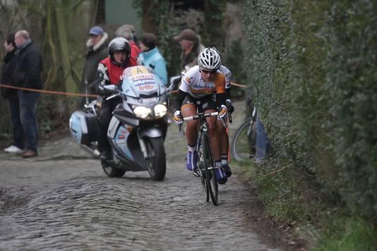 Annemiek van Vleuten op de kasseien in de Ronde van Drenthe in 2015