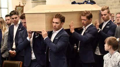 Teamleden dragen kist van 'Goolie'