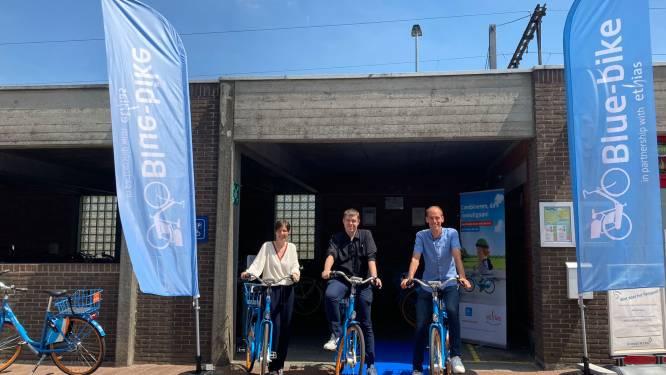 Acht deelfietsen op nieuwe Blue-bikelocatie aan station
