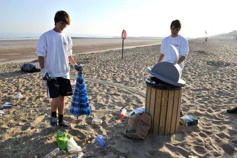 Archiefbeeld: jobstudenten ruimen het strand van Bredene op. Beeld PHOTO NEWS