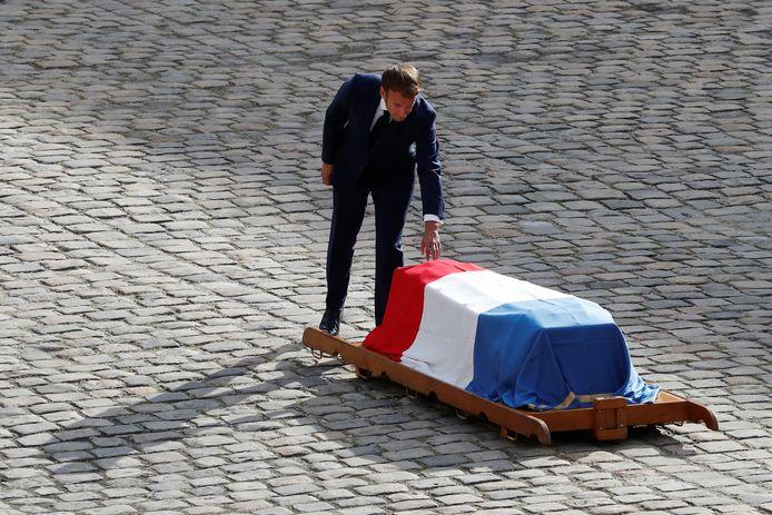 Le président français Emmanuel Macron touche le cercueil drapé de l'acteur Jean-Paul Belmondo, décédé, lors d'une cérémonie à l'hôtel des Invalides à Paris, en France, le 9 septembre 2021.