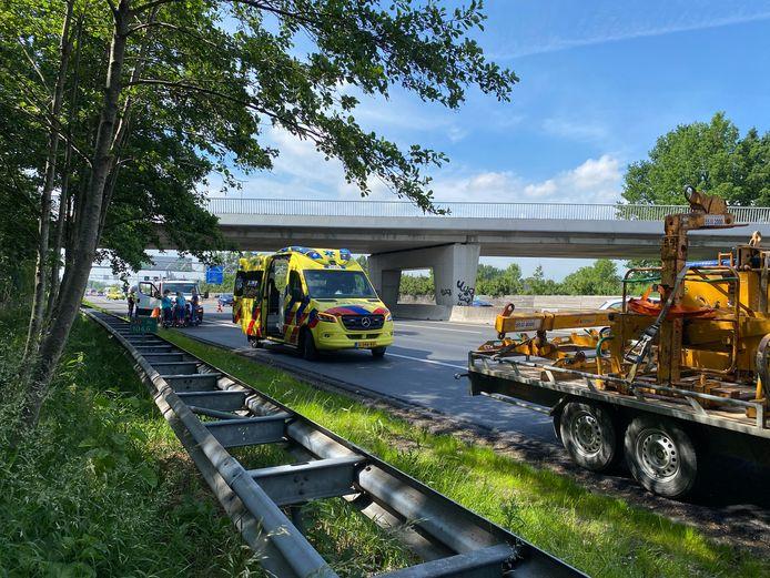 De wegwerker raakte gewond bij het ongeval op de A12 bij Veenendaal.