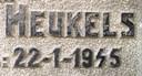 Het beschadigde cijfer 4 op de grafsteen van verzetsheld Wolter Heukels.