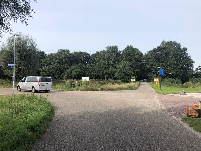 Recht vooruit ligt het geplande bouwperceel, pal tegen visvijver De Kleuter aan. Rechts ligt industrieterrein Goorkens-Hoogveld.