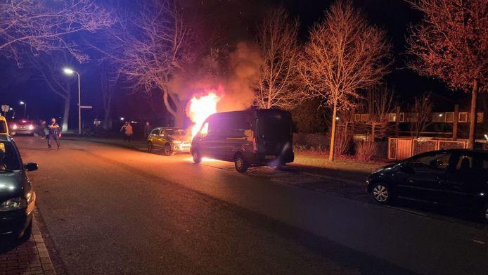 Aan de Woolderesweg in Hengelo zijn zaterdagavond twee auto's beschadigd geraakt bij een brand. De politie is met meerdere eenheden aanwezig in de wijk en sluit brandstichting niet uit.