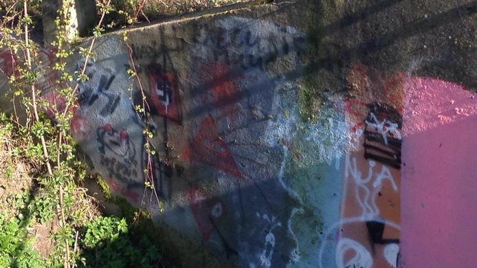 Enkele bekladdingen van de Jannezandsebrug in Hank. Onder de tekst 'executiemuur' staat het symbool van de Vrijmetselaars.