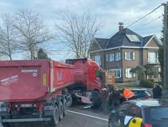 Vrachtwagen komt in schaarbeweging terecht na ongeval met personenwagen op Aalterbaan