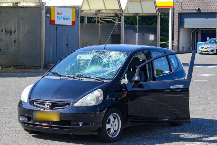 Bij het ongeluk op de Lange Amerikaweg in Apeldoorn raakte een auto flink beschadigd.