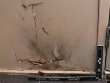 Huis bekogeld met zwaar vuurwerk terwijl bewoners thuis zijn: twee ramen vernield