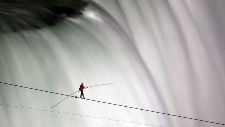 Nik Wallenda gisteren boven de Niagara-watervallen. Beeld ap