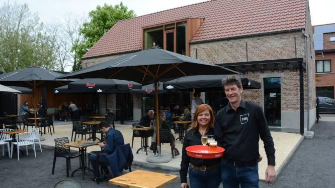 """Schepen Kris Smet (53) tapt zijn eerste pinten bij Polder Noord: """"Naam van het café hing pas één minuut voor opening aan de gevel"""""""