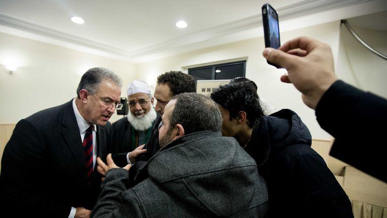 De Rotterdamse burgemeester Ahmed Aboutaleb in gesprek met moslims tijdens een bezoek aan de Essalam moskee. Beeld ANP