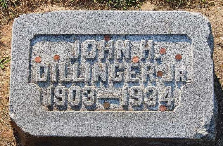 De grafplaat van Dillinger.