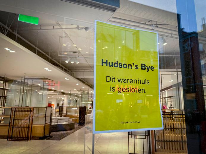 De Hudson's Bay in Tilburg sloot niet dinsdag, maar zaterdagmiddag al definitief zijn deuren. Alles was uitverkocht. Het personeel hing een flyer met 'Hudson's Bye' op de ramen