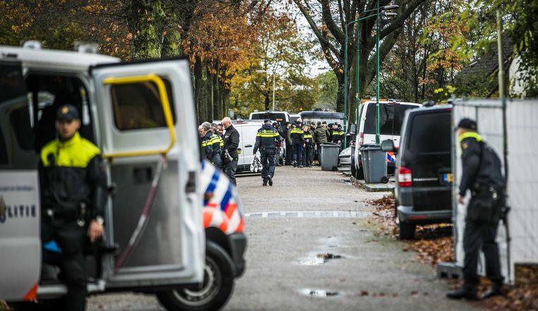 De politie grendelde het terrein van het woonwagenkamp af met duizend meter hekwerk en witte zeilen. Beeld ANP
