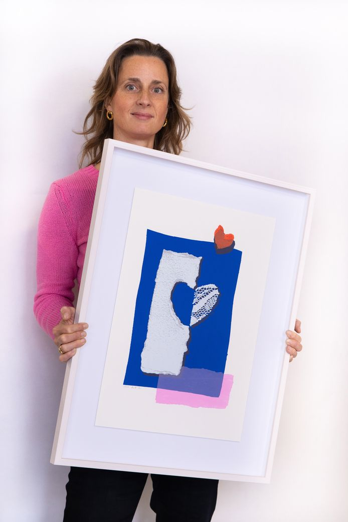 De Eindhovense vormgeefster Kiki van Eijk met de door haar ontworpen zeefdruk voor de stichting Queen of Hearts.