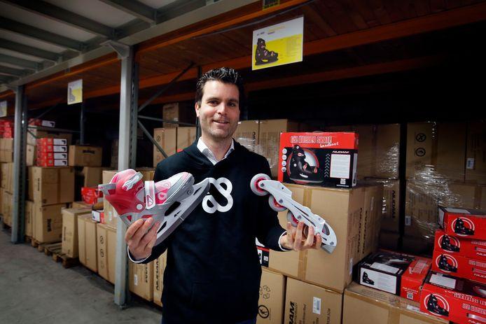 Thijs Emck van familiebedrijf Schreuders Sport met de schaatsen die omgebouwd kunnen worden tot inline skates.