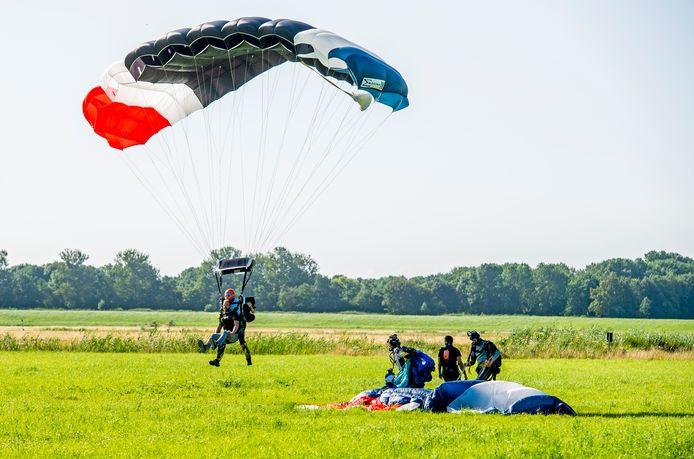 In Rhoon komen de parachutisten met bosjes uit de hemel.