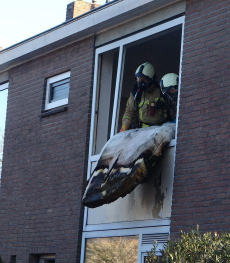 Acculader vat vlam in slaapkamer in Meppel