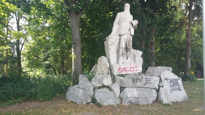 Het bekladde standbeeld van president Steyn in Deventer.