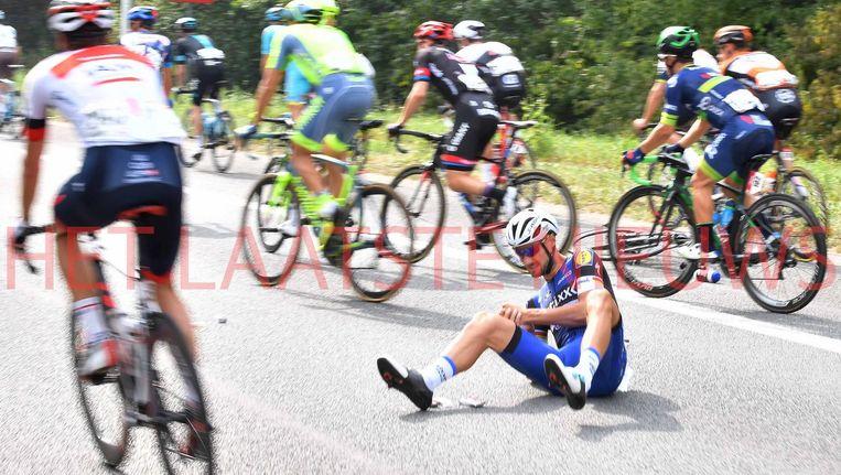 Boonen sloeg met zijn voorwiel in een put van het wegdek tijdens het eten in de beginkilometers. Beeld TDW