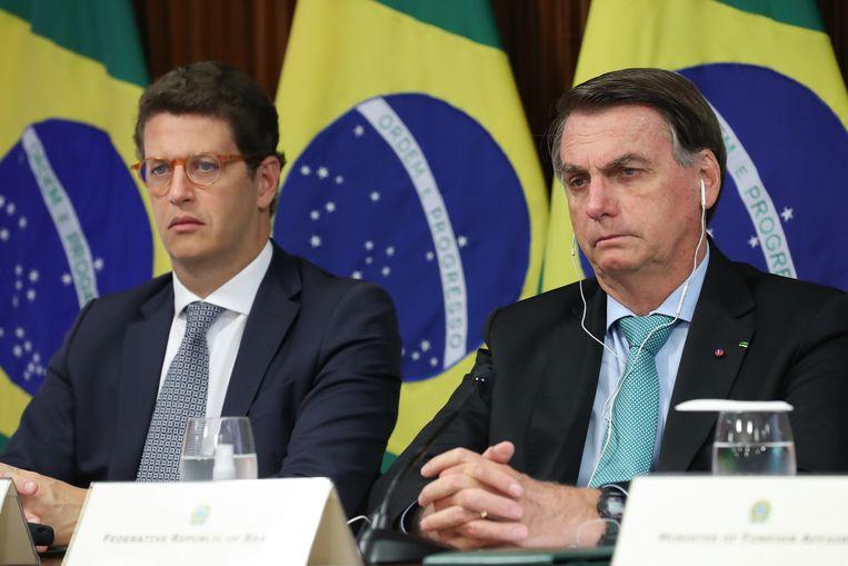 De Braziliaanse president Jair Bolsonaro (rechts) donderdag tijdens de virtuele klimaattop met internationale leiders. Links van hem milieuminister Ricardo Salles. Beeld EPA