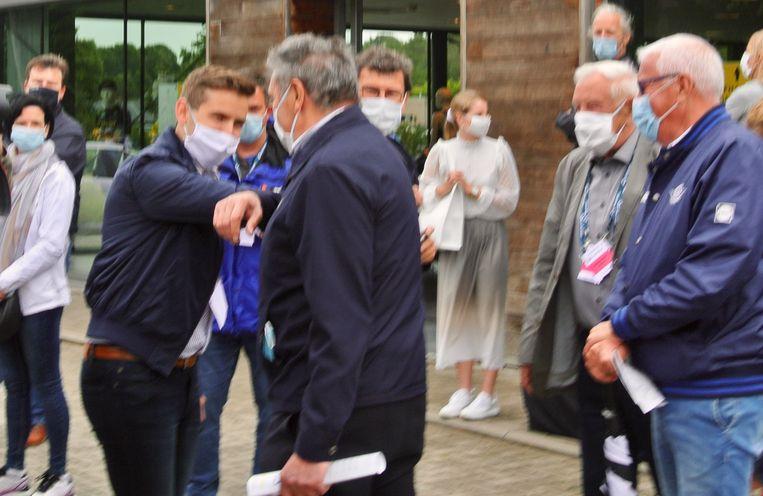 Burgemeester Jelle Wouters (CD&V) verwelkomt Merckx met een 'elleboogje'.