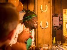 Rapper Def Rhymz neemt videoclip op in Houtens café: 'Ik ben gewoon lekker!'