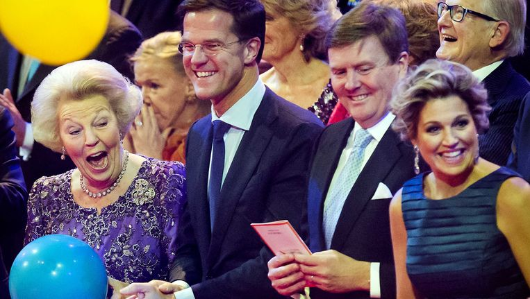 Prinses Beatrix (L) vangt een ballon bij het slotapplaus in Ahoy tijdens de dankbetuiging aan Hare Koninklijke Hoogheid. Rechts van haar premier Mark Rutte, koning Willem Alexander en koningin Máxima(VLNR). Beeld ANP