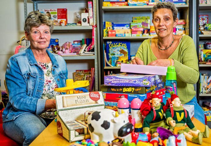Voorzitter Ellen van Wijhe (r) en Tjiske Baars in de Speelgoedbank Gouda.