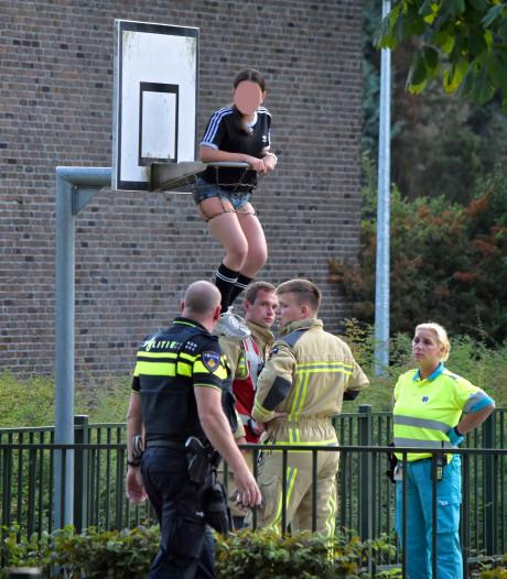 Emmense brandweer bevrijdt meisje uit basketbalnet