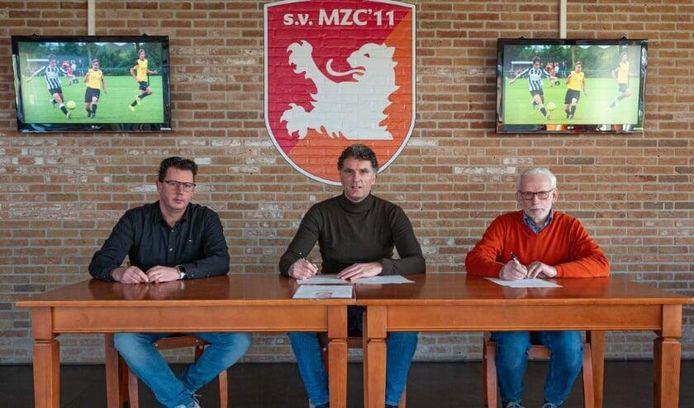 Adriaan Nieuwenhuijse (midden) tekent een eenjarig contract bij MZC'11.
