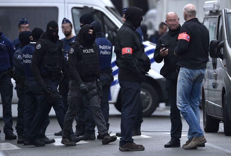 Beeld van de politieactie in Molenbeek, gisteren.