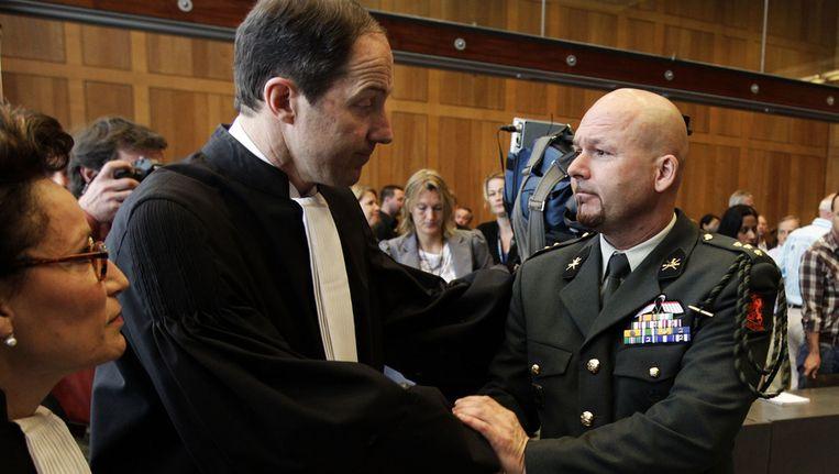 Advocaat Geert-Jan Knoops schudt de hand van zijn client Marco Kroon, in 2011. Beeld anp