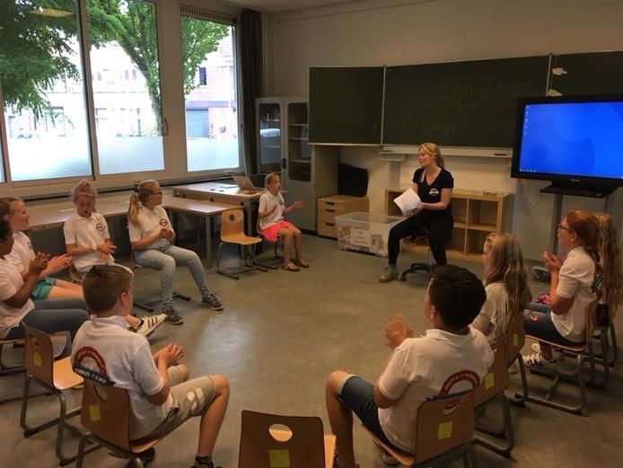 Het summer camp-lied oefenen tijdens de lessen Songs and conversation.