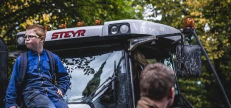 Friese boeren melden zich bij provinciehuis tijdens spoeddebat over weidevogelplan