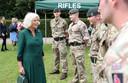Camilla begroet de soldaten van 'The Rifles'