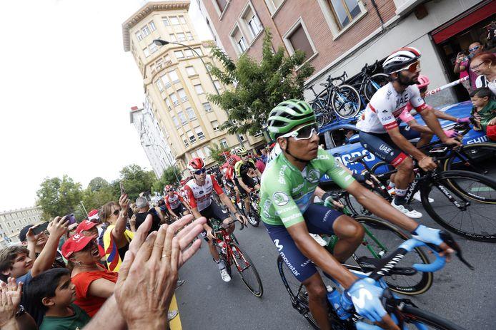 Het peloton fietst door de straten van Bilbao in de Vuelta van 2019.