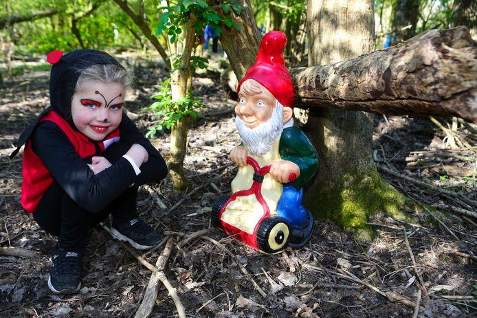 De 7-jarige Fay van Wijk heeft het kabouterbos in Alphen bedacht en geopend.