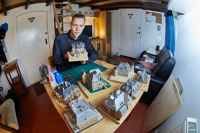 Damian Piekaar heeft alle kartonnen schaalmodellen van de acht Vordense kastelen af. Ze zijn op 10 oktober te zien in Kasteel Vorden.