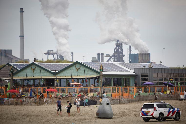 De hoogovens van Tata Steel vanaf het strand bij Velsen gezien.  Beeld Getty Images