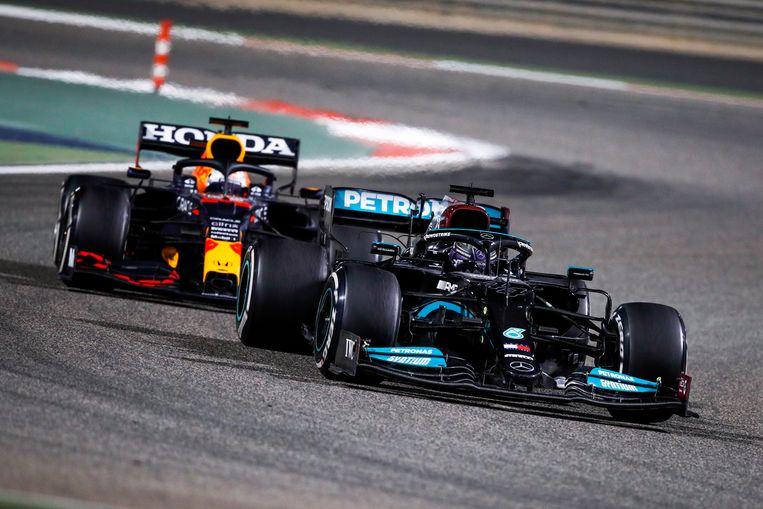 Hamilton (voor) en Verstappen maakten er een spannende race van. Beeld Photo News