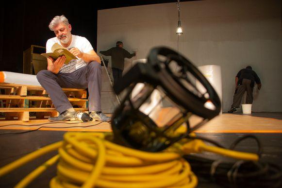 Johan Segers, voorzitter van Toneel Harlekijn, leest de gevonden dagboeken tijdens de voorbereidingen op het nieuwe stuk.